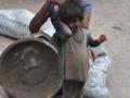 BETONIRKA Z OTROKOM DELHI Indija