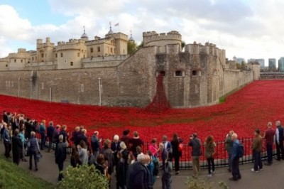 Tower of London z instalacijo »Blood Swept Lands and Seas of Red«